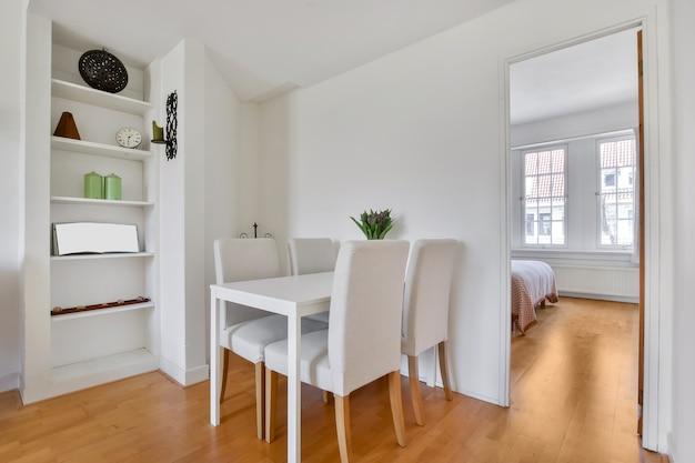 Jasna jadalnia z ozdobnym stołem i krzesłami