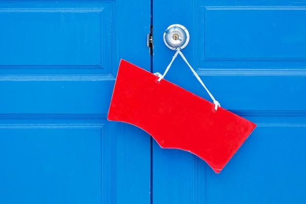 Jasna kolorowa etykieta na drewnianych drzwiach