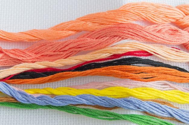 Jasna kolorowa nitka do nici do haftowania na płótnie