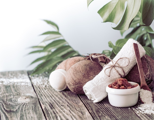 Jasna kompozycja z tropikalnymi liśćmi. produkty dayspa nature z kokosem