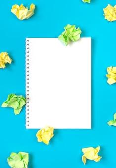 Jasna koncepcja kreatywności pomysłu, biały notatnik i kolorowe pomięte papiery, miejsce na kopię