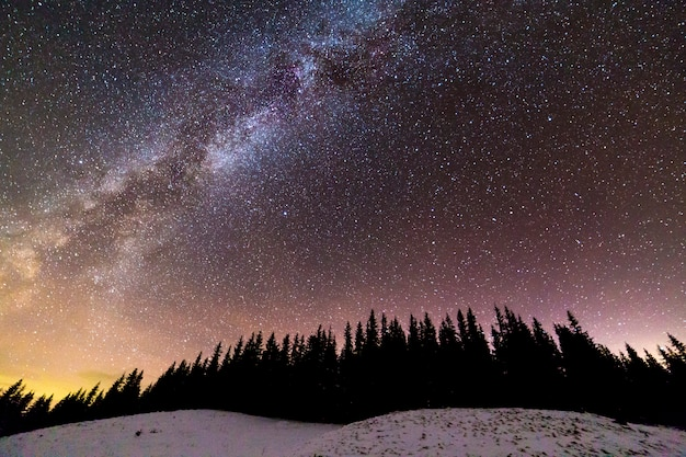 Jasna konstelacja drogi mlecznej na ciemnoniebieskim gwiaździstym niebie