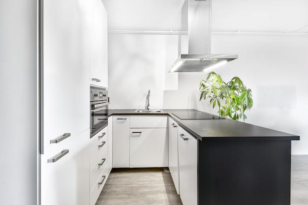 Jasna kuchnia z luksusową wyspą kuchenną w eleganckim domu