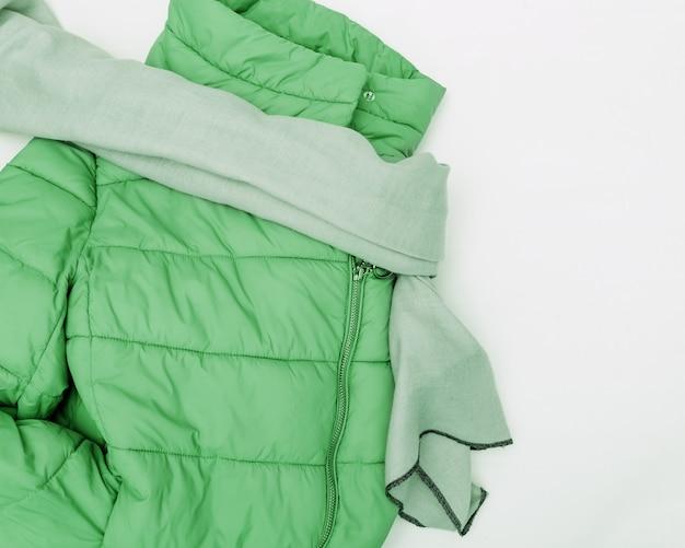 Jasna kurtka puchowa, przytulny szal z tkaniny.