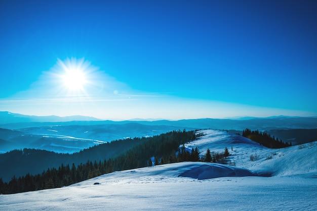 Jasna malownicza słoneczna panorama stoków narciarskich