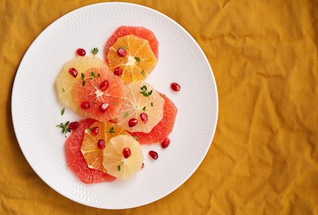 Jasna mieszanka owoców cytrusowych. sałatka z mixu pokrojonych w okrągłe plastry czerwonego i białego grejpfruta