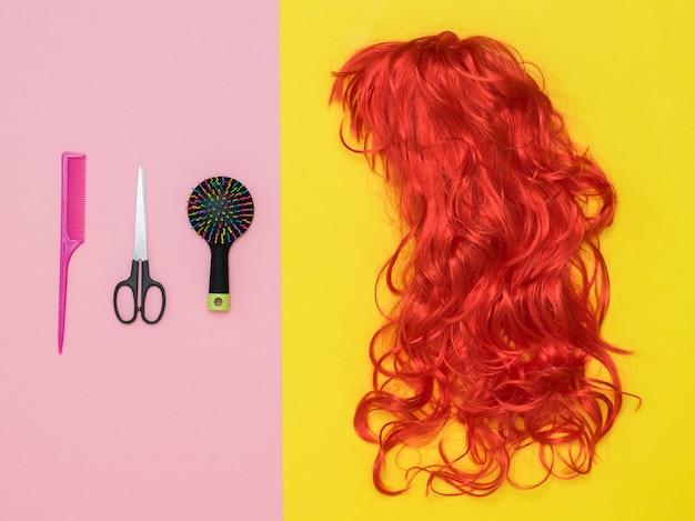 Jasna peruka, nożyczki i grzebień na dwukolorowym tle. styl życia. akcesoria do tworzenia stylu.