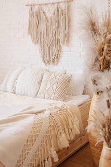 Jasna sypialnia w stylu boho z makramy.