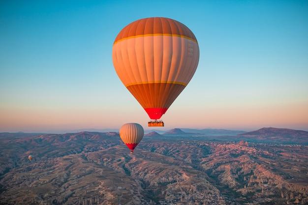 Jasne balony na ogrzane powietrze na niebie w turcji w kapadocji