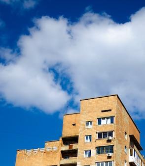Jasne błękitne niebo nad miastem, park, latarnie, rośliny, elektrownie