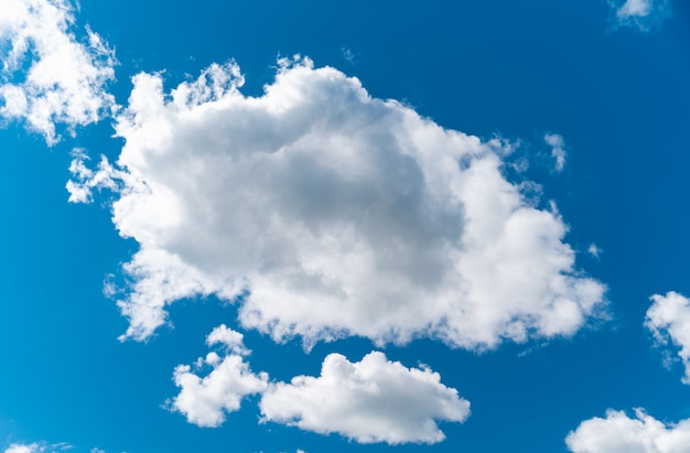 Jasne błękitne niebo z białymi chmurami, tło
