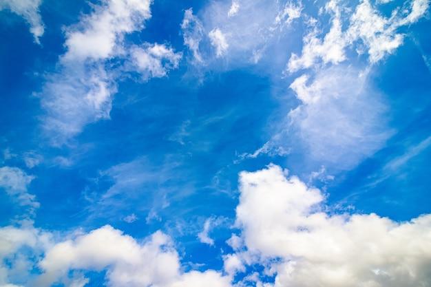 Jasne błękitne niebo z białymi chmurami