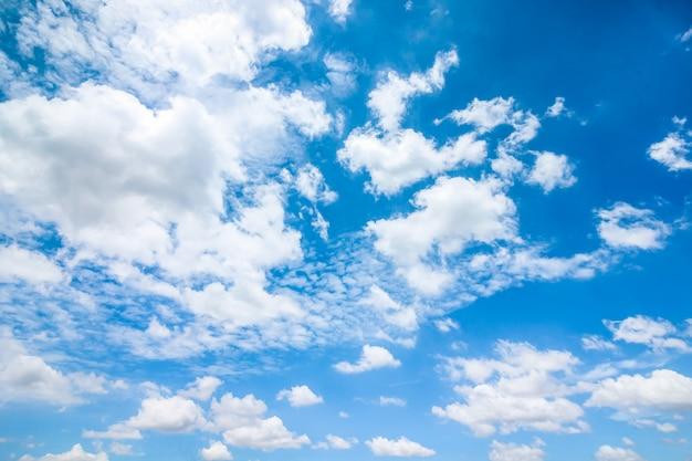 Jasne błękitne niebo z chmurami