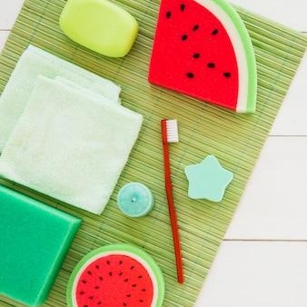 Jasne dekoracyjne produkty do pielęgnacji skóry i szczoteczka do zębów
