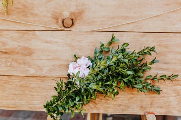 Jasne drewno ozdobione roślinami i kwiatami. drewniane tekstury tła makieta tła
