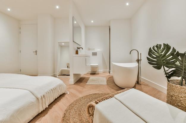 Jasne eleganckie wnętrze łazienki w luksusowym domu