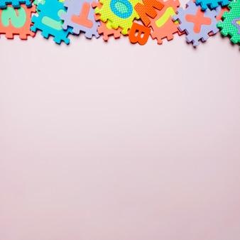 Jasne gumowe puzzle w układzie