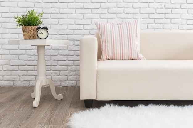 Jasne i czyste wnętrze nowoczesnego salonu w stylu skandynawskim