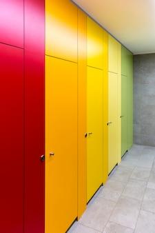 Jasne kolorowe drzwi w publicznej toalecie w centrum handlowym.