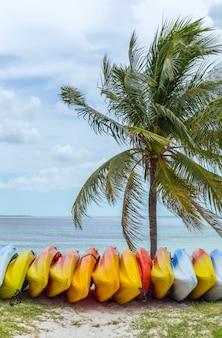Jasne kolorowe kajaki na plaży