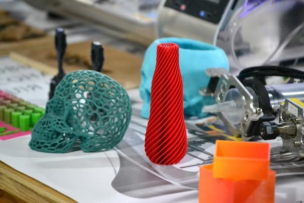 Jasne kolorowe obiekty wydrukowane przez zbliżenie drukarki 3d. progresywna nowoczesna technologia addytywna. skopiuj spase, spase dla tekstu.