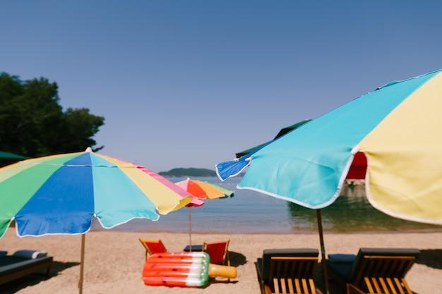 Jasne kolorowe parasole na plaży