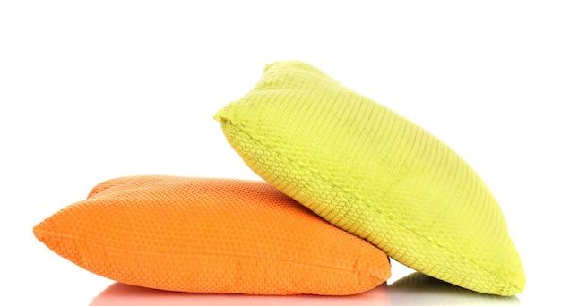 Jasne kolorowe poduszki na białym tle