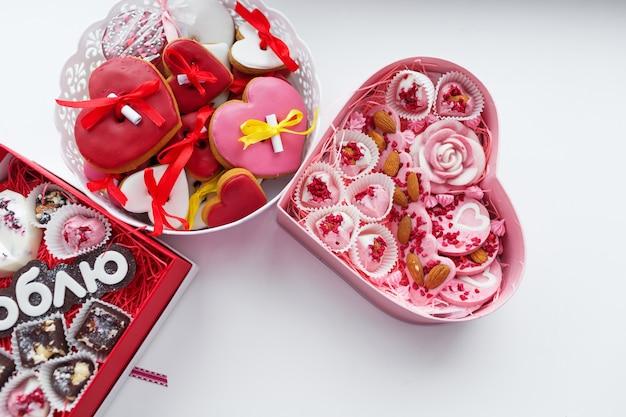 Jasne kolorowe pudełka w kształcie serca z kolorowym ciastem w środku.