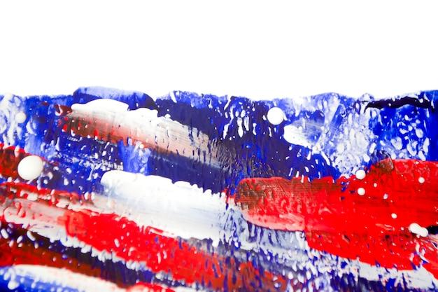 Jasne kolorowe tło jasne kolorowe linie płynnych farb. jasny niebieski czerwony biały pociągnięcia pędzlem linia na białym tle z pociągnięciami pędzla. płynne farby na płótnie. rozpryski z bliska