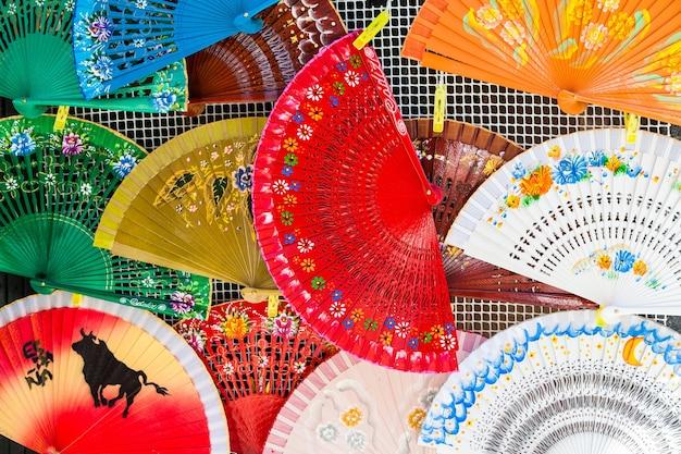 Jasne kolory na tych tradycyjnych hiszpańskich fanach w saville w regionie andaluzja.