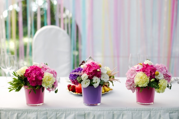 Jasne kwiaty hortensji weselnej w trzech doniczkach
