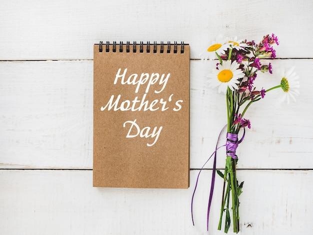Jasne kwiaty i napis happy mother's day.