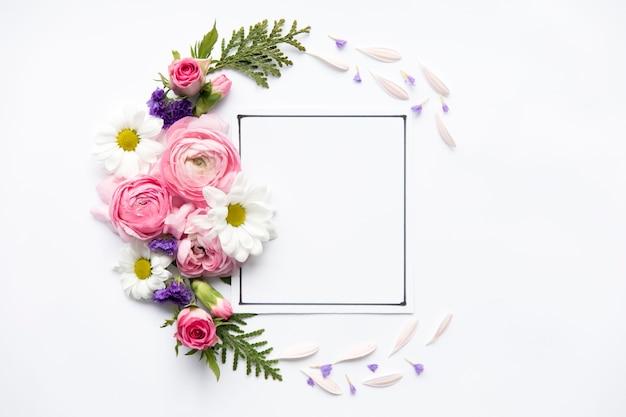 Jasne kwiaty wokół ramki