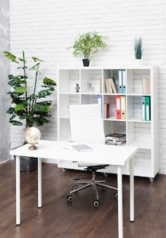 Jasne, nowoczesne, minimalistyczne biurko