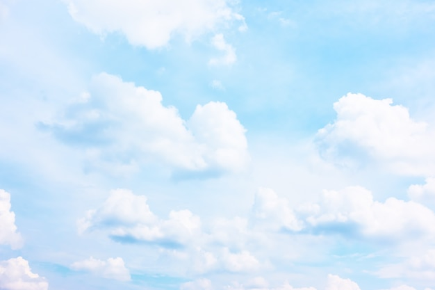 Jasne pastelowe błękitne niebo z białymi chmurami - tło i miejsce na własny tekst