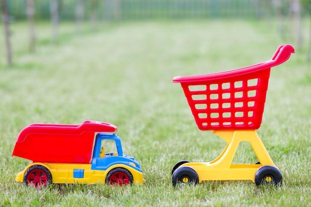 Jasne plastikowe kolorowe zabawki dla dzieci na zewnątrz w słoneczny letni dzień.