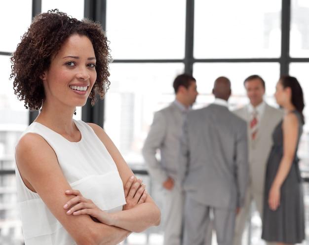 Jasne ręce businesswoman złożone z kolegami