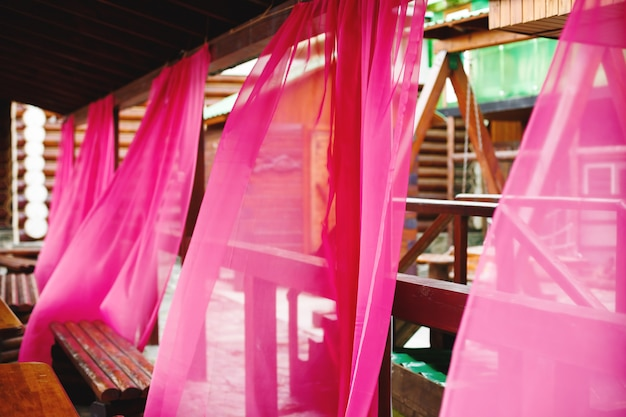 Jasne różowe zasłony w kawiarni ulicy