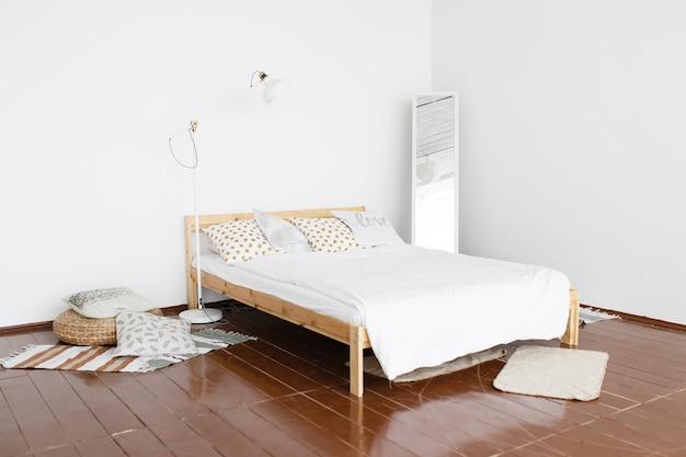 Jasne skandynawskie minimalistyczne wnętrze przytulnej sypialni
