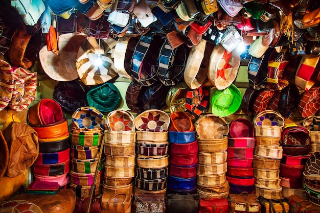 Jasne skórzane torby na rynku marokańskim. ręcznie robione pamiątki, fez, maroko.