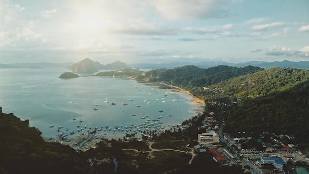 Jasne słońce nad miastem portowym zatoki morza. transport wodny statków, jachtów, łodzi na niesamowity krajobraz molo