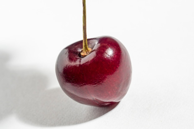 Jasne soczyste dojrzałe jagody wiśniowe na białym tle na białym tle. selektywne skupienie