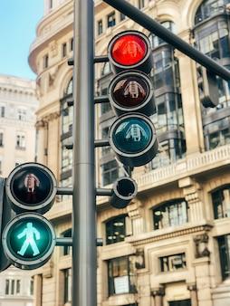 Jasne światła uliczne w środkowej części centrum miasta