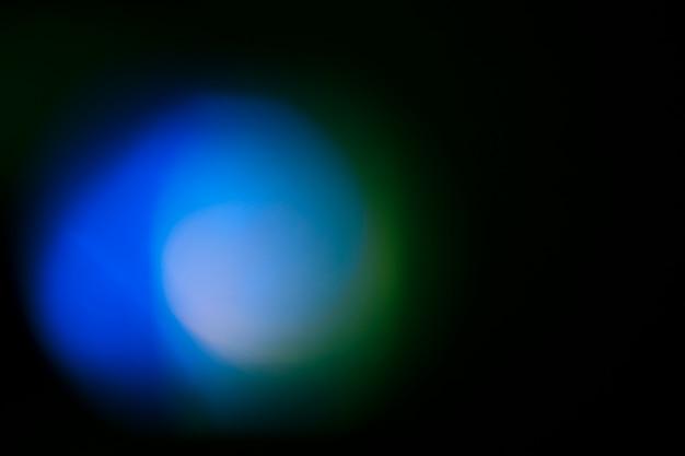 Jasne światło na czarnym tle