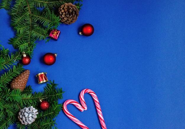 Jasne tło boże narodzenie lub nowy rok niebieski z gałęzi świerka