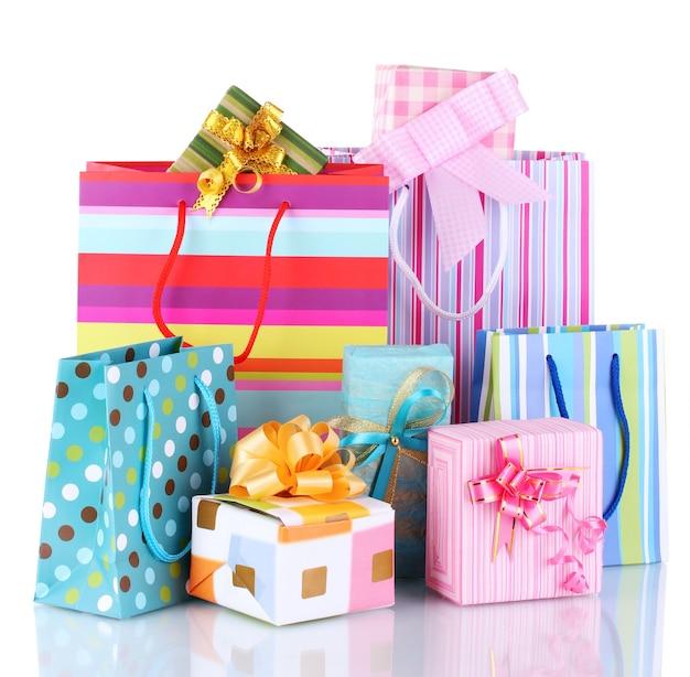 Jasne torby na prezenty i prezenty na białym tle