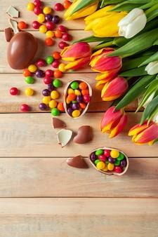Jasne, wielobarwne tulipany i czekoladowe pisanki