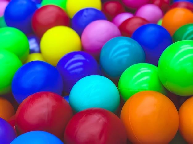 Jasne wielokolorowe piłki do basenu do gier dla dzieci.zabawki dla dzieci,rozrywka dla dzieci.stosuj w katalogach sklepów dziecięcych,ośrodków reklamowych.jasne wielokolorowe tło
