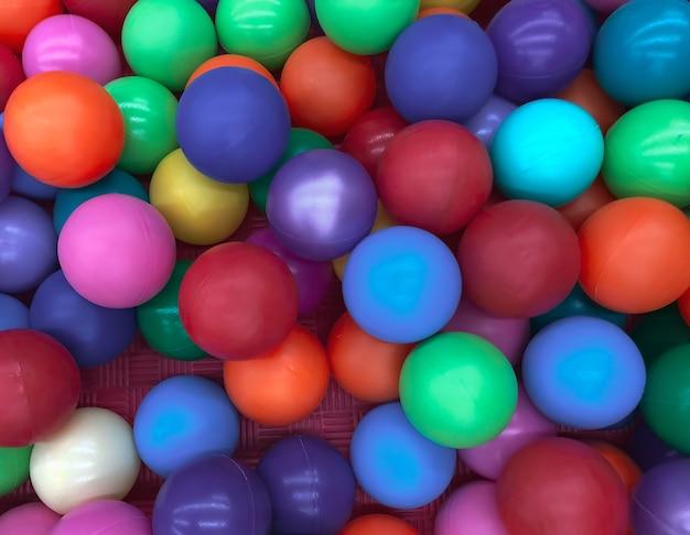 Jasne wielokolorowe piłki do basenu do zabaw dla dzieci.zabawki dla dzieci,rozrywka dla dzieci.stosuj w katalogach sklepów dziecięcych,ośrodków reklamowych.jasne wielokolorowe tło