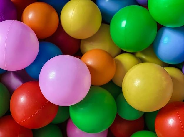 Jasne wielokolorowe piłki do basenu do zabaw dla dzieci. zabawki dla dzieci, rozrywka dla dzieci
